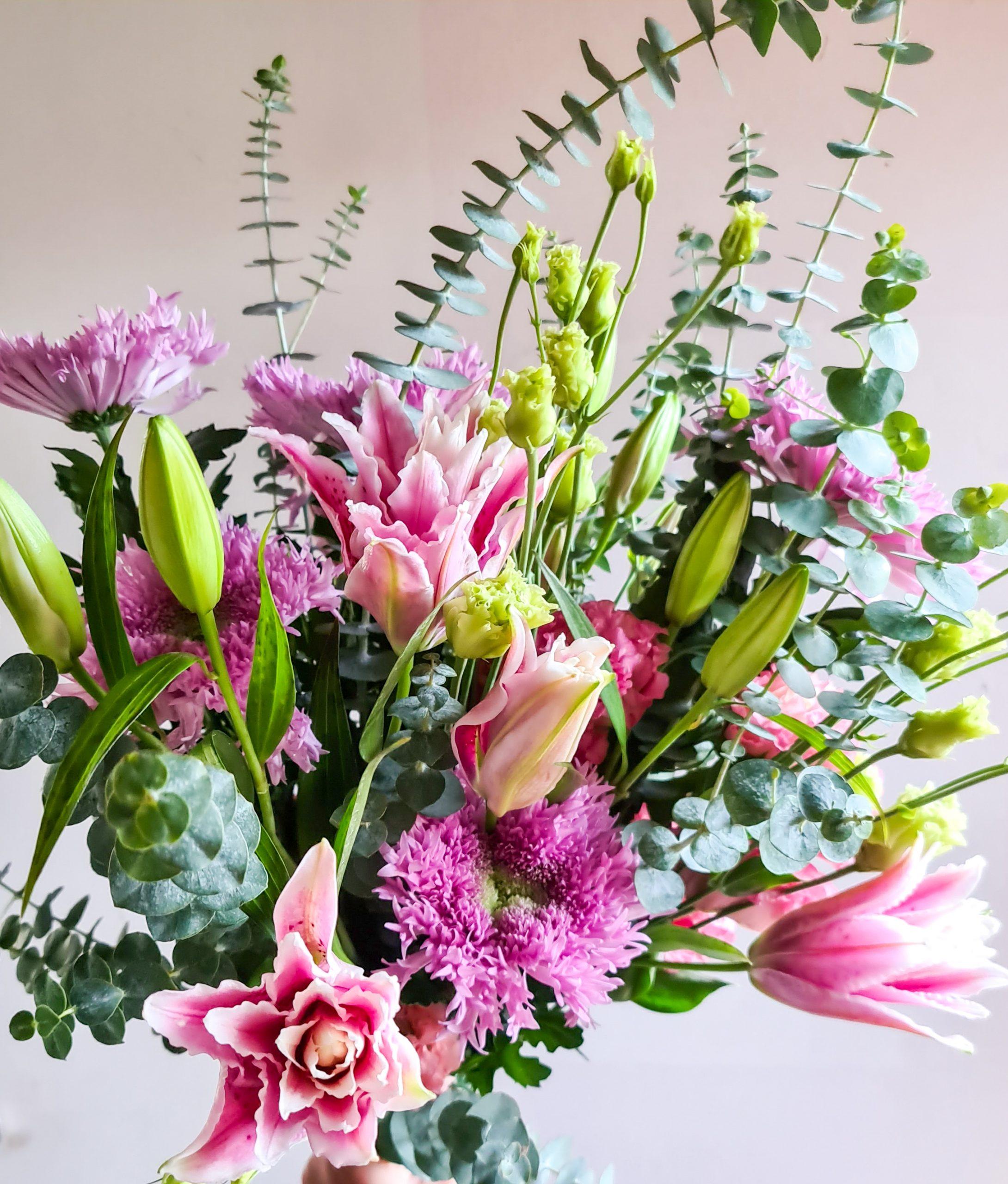 Blumenstrauß mit Lilien, Chrysanthemen und Eucalyptus
