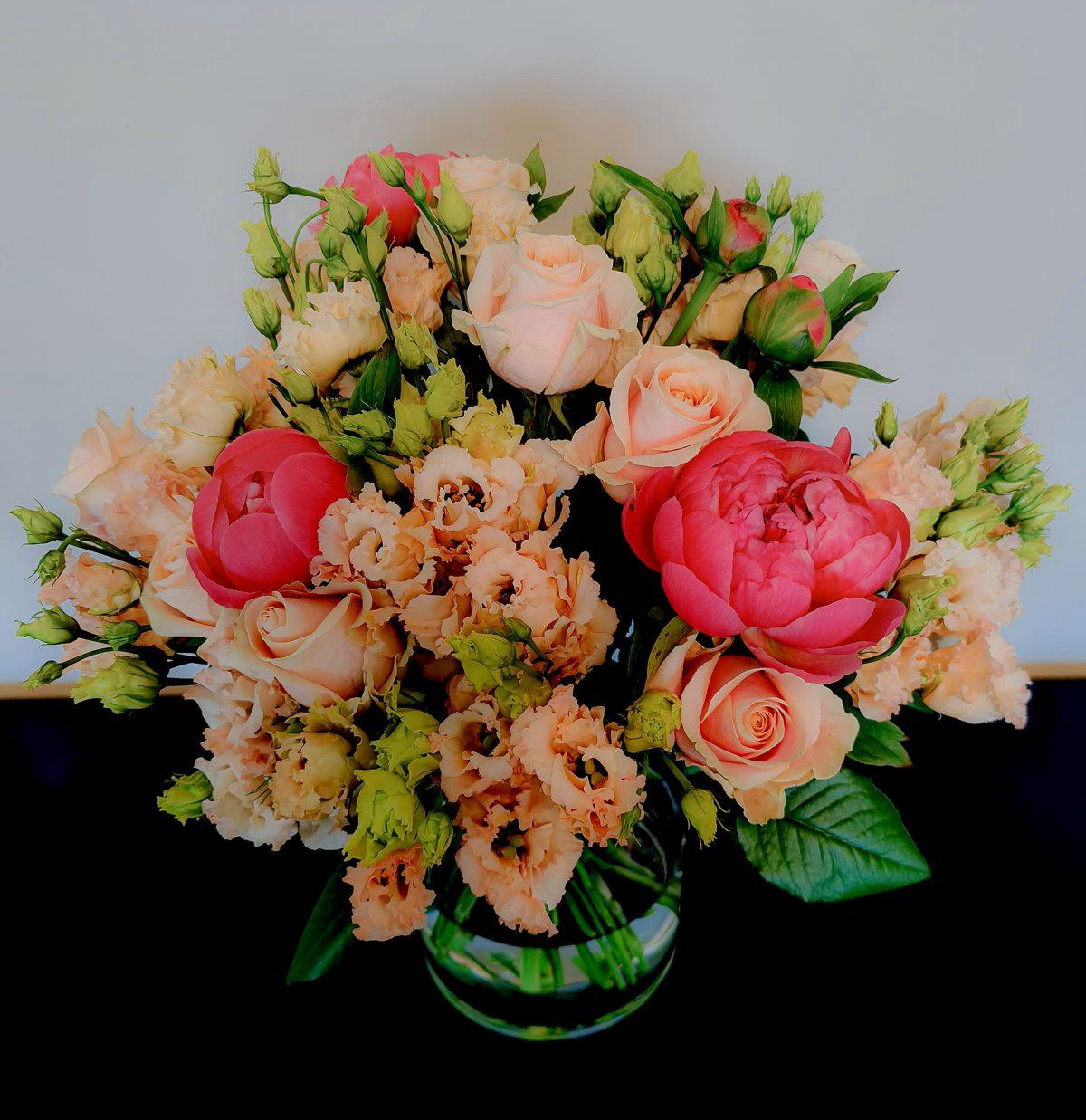 Blumenstrauß mit lachsfarbenen Rosen, Pfingstrosen und apricot Lisianthus