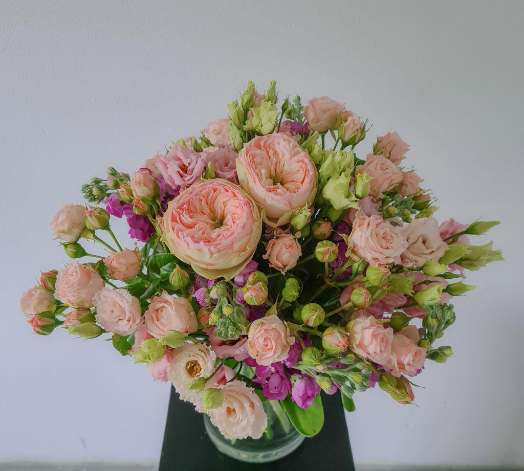 Blumenstrauß mit rosa Rosen und Levkojen