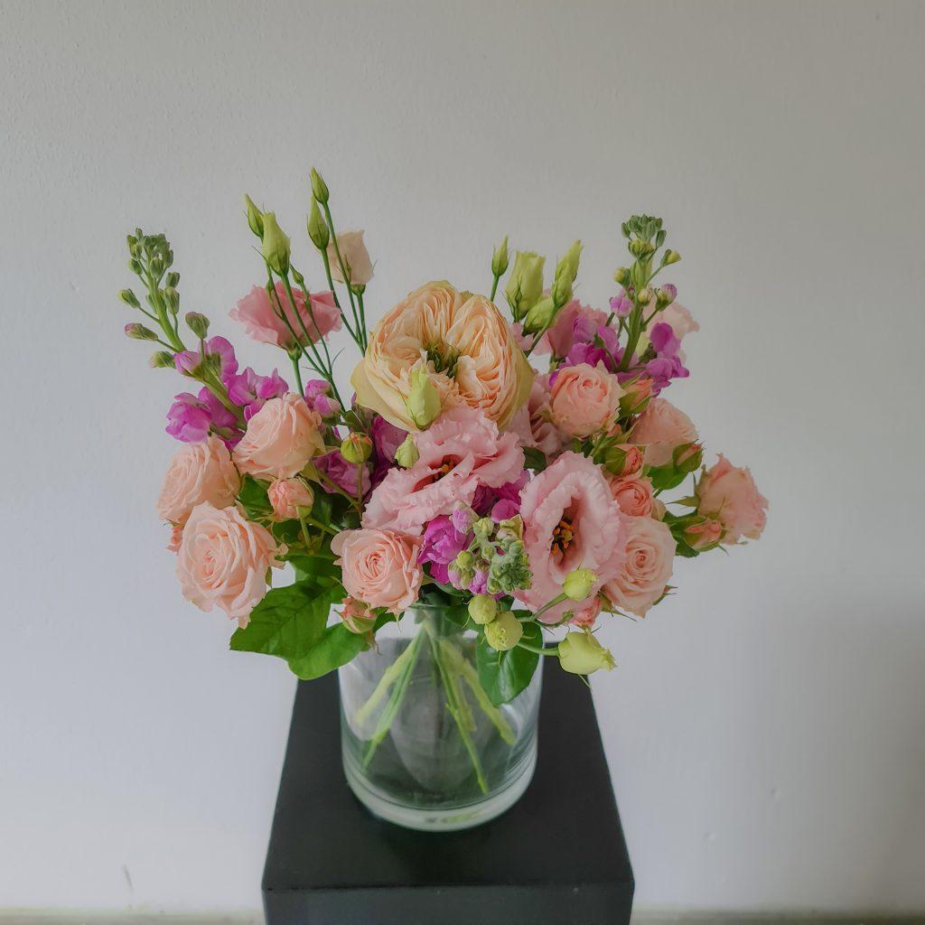 Blumenstrauß mit Rosen, Levkojen und Lisianthus