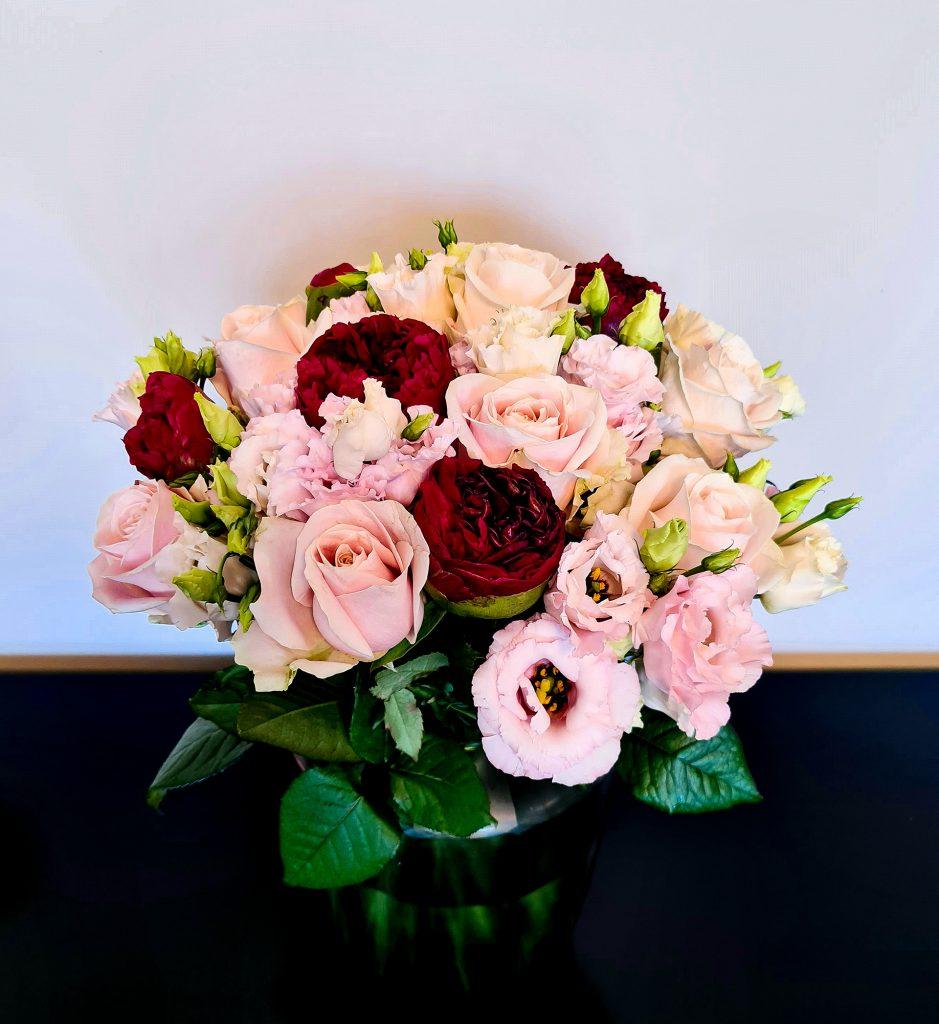 Blumenstrauß mit rosa Rosen, rosa Lisianthus und roten Pfingstrosen
