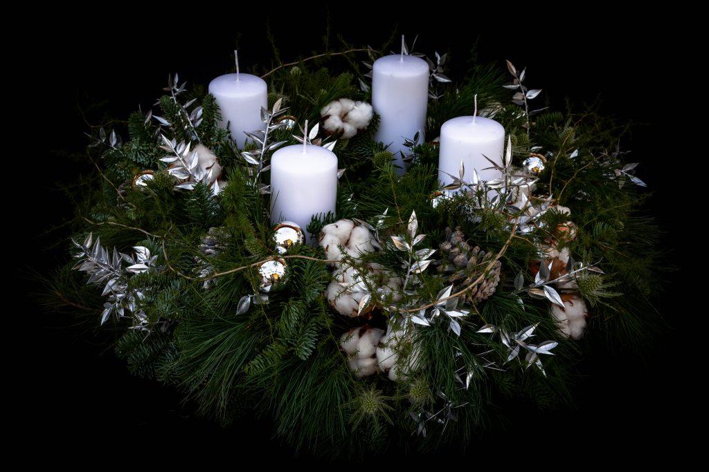 Adventskranz in weiß