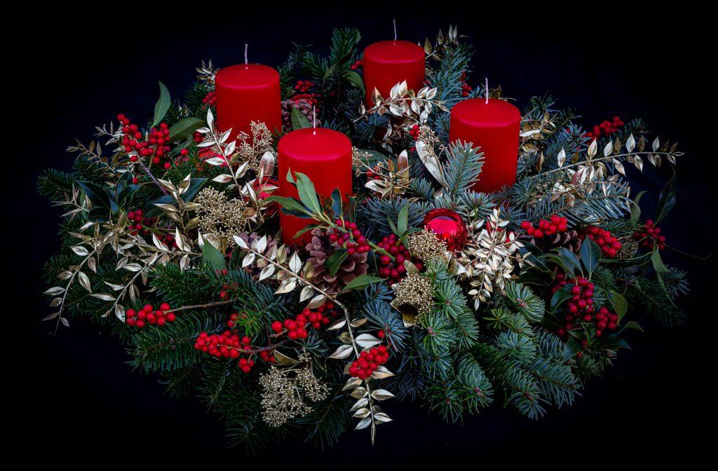 Klassischer Adventskranz in Rot