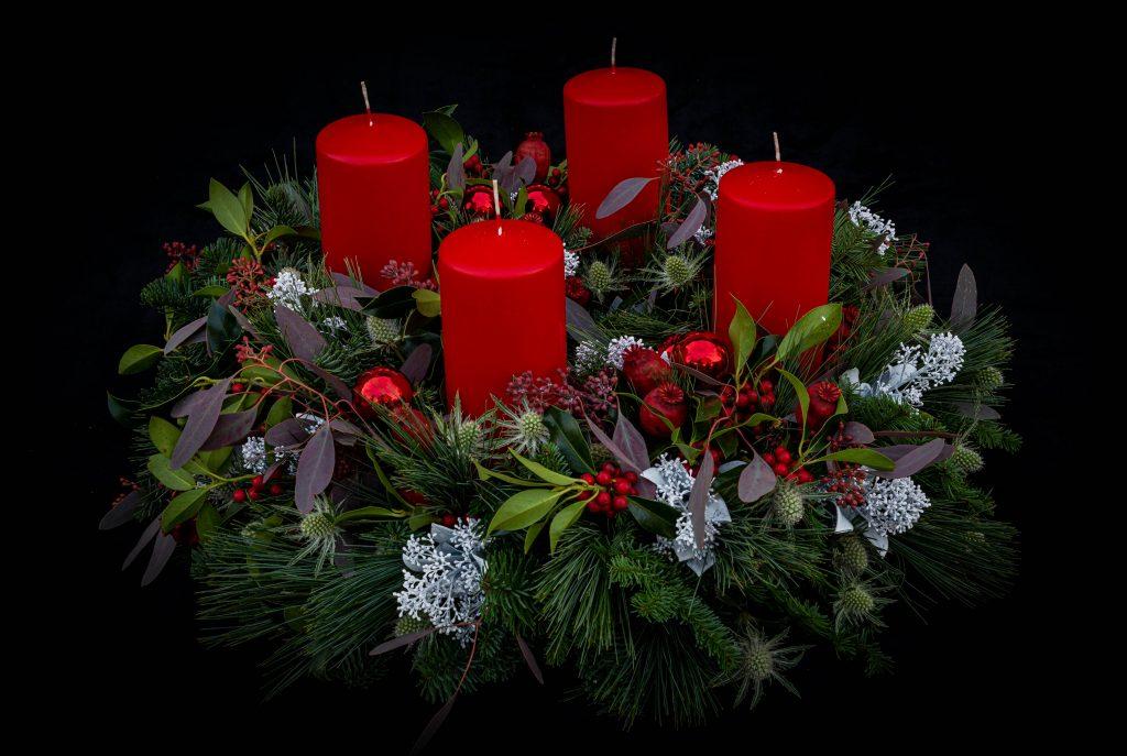 Adventskranz in rot weiß