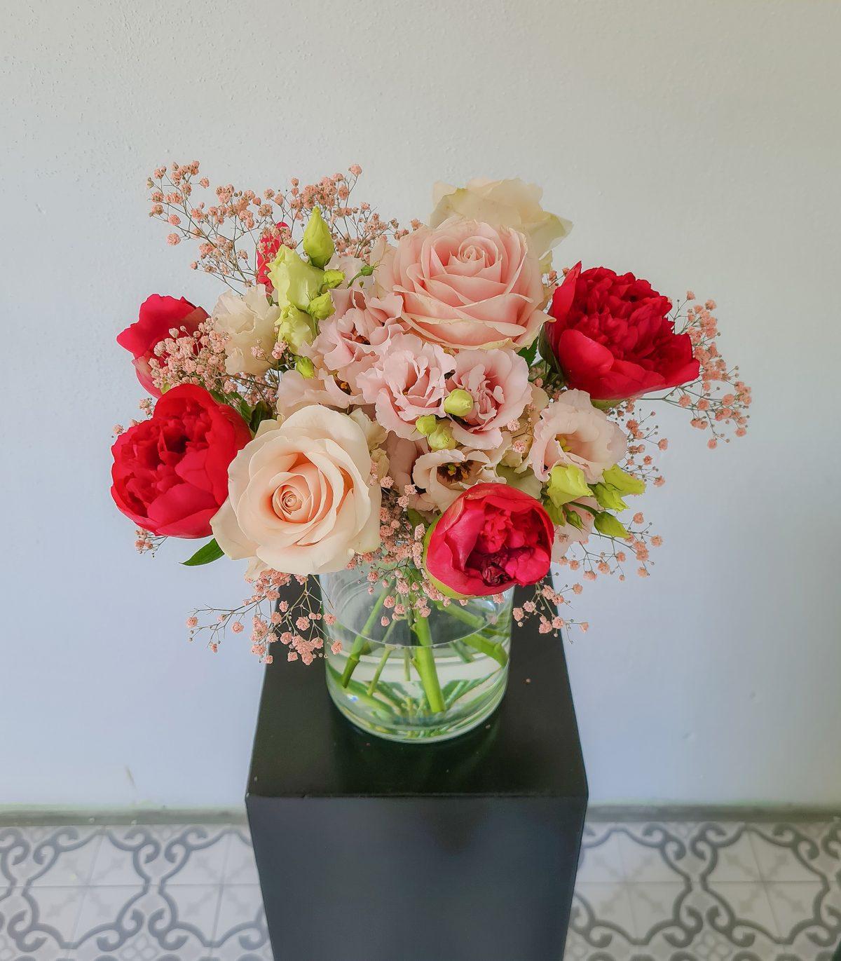 Muttertagsstrauß mit Rosen, Pfingstrosen und Schleierkraut