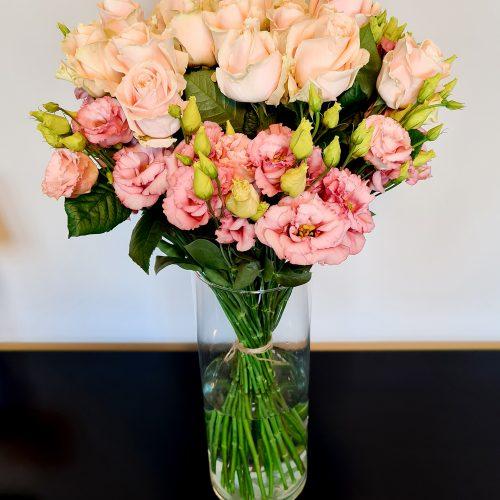 lachsfarbene Rosen mit rosa Lisianthus