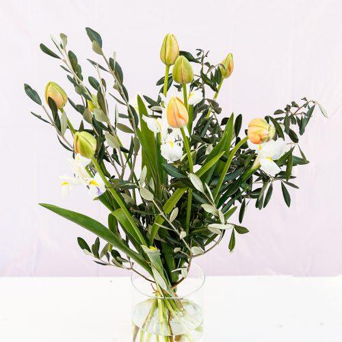 lange Tulpen mit weißen Iris und Olive